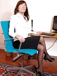 While alone in the office Bella Roxxx slips her fingers..